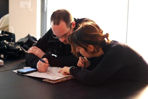 Delphine et Simon tracent leur itinéraire sur la carte ; peut-être croiserez-vous leur route.
